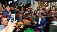 Jokowi bersama beberapa artis pendukungnya. (foto: ist/palontaraq)