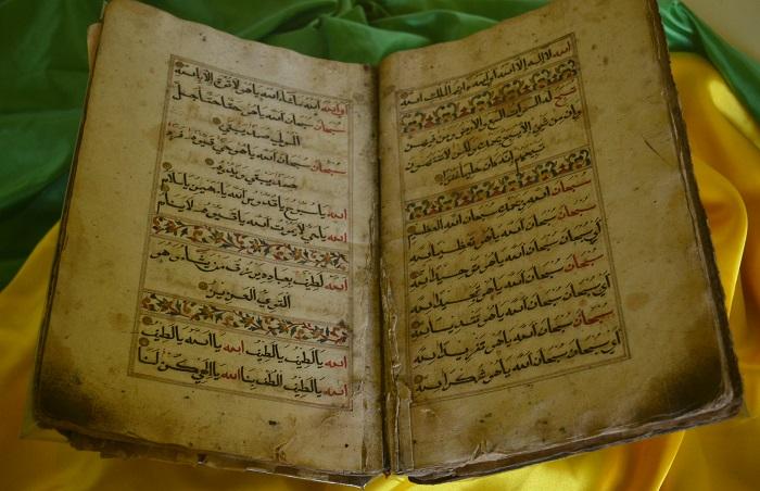 Alqur'an tua, salah satu koleksi dalam Museum La Galigo Makassar. (foto: mfaridwm/palontaraq)