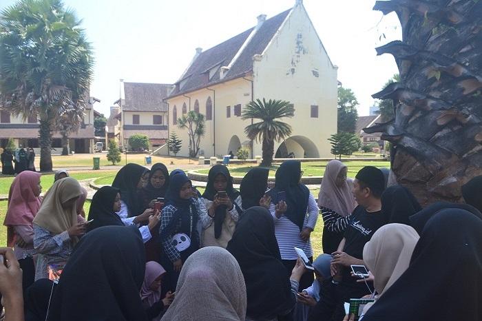 Para pelajar berwisata sejarah ke Fort Rotterdam. (foto: mfaridwm/palontaraq)