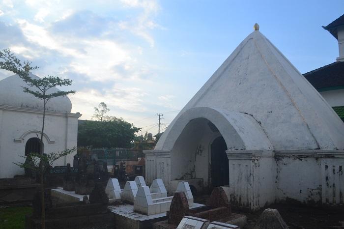 Beberapa Makam Raja/Bangsawan Gowa yang dimakamkan disamping Masjid Katangka. (foto: mfaridwm/palontaraq)