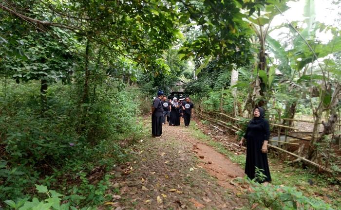 Setiap pengunjung dari luar dalam kawasan hutan/kampung adat Ammatoa Kajang diharuskan untuk tidak memakai alas kaki dan berpakaian serba hitam. (foto: ist/palontaraq)