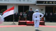 Prabowo Subianto menjadi Inspektur Upacara dalam Upacara Jajar Kehormatan di Kantor Kemenhan sambut dirinya sebagai Menteri Pertahanan di Hari Pertama kerja. (foto: ist/palontaraq)