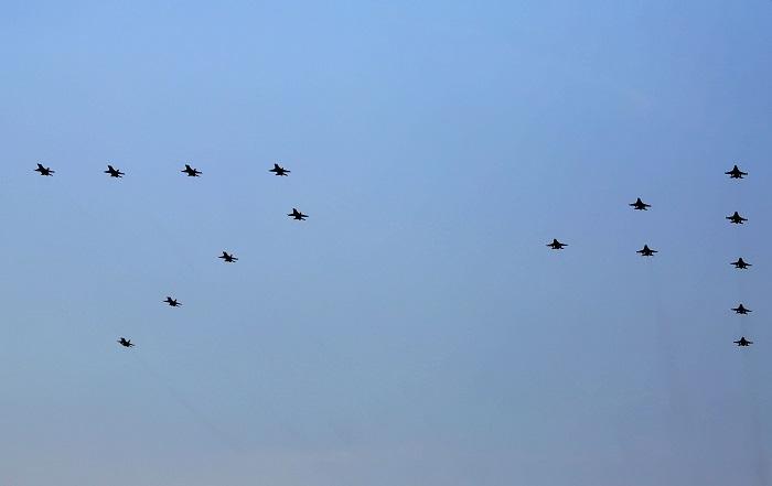 pesawat-tempur-tni-au-melakukan-atraksi-udara-dengan-membentuk-angka-74-sesuai-dengan-hut-tni-di-lanud-halim-perdanakusuma-jakarta-sabtu-510-foto-ricardojpnncom-25