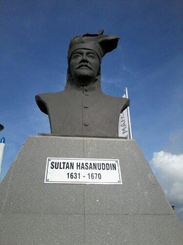 Patung Sultan Hasanuddin di Taman Tokoh Sejarah Pantai Losari. (foto: ist/palontaraq)