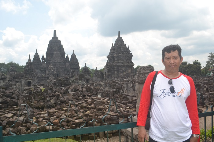 Penulis dengan latar belakang reruntuhan candi, dalam kawasan Cagar Budaya Candi Prambanan. (foto: dok.pribadi/palontaraq)