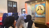 Penulis ditengah para pelajar menjelaskan Sejarah Arung Palakka di Museum Kota Makassar. (foto: andiadil/palontaraq)