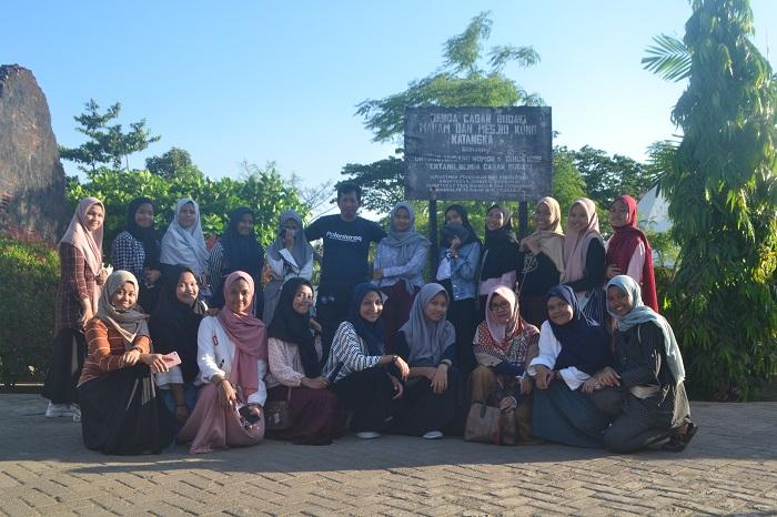 Penulis memandu para pelajar berwisata sejarah ke Kompleks Makam dan Masjid Kuno Katangka, Gowa. (foto: ist/palontaraq)