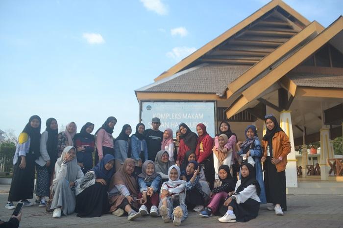 Penulis dengan Para Pelajar di Kompleks Cagar Budaya, Makam Sultan Hasanuddin. (foto: ist/palontaraq)