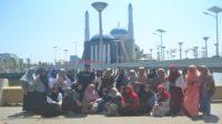 Penulis dan beberapa pelajar/siswi di depan Masjid Amirul Mukminin. (foto: ist/palontaraq)