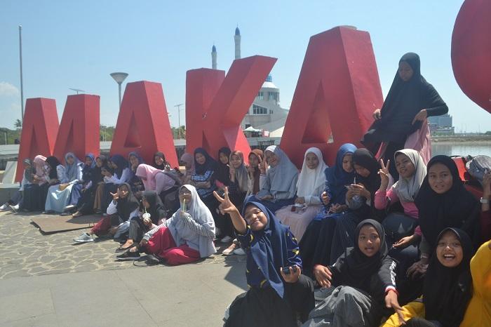 Tulisan Makassar di Anjungan Pantai Losari, Kota Makassar. (foto: mfaridwm/palontaraq)
