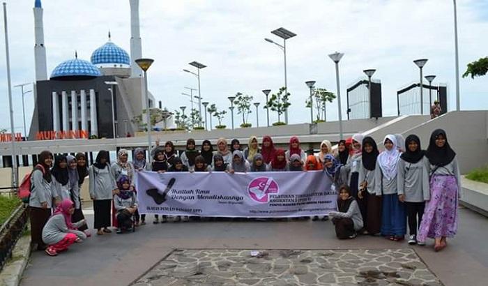 Para Pelajar/Santri yang Studi Jurnalistik foto bersama di depan Masjid Amirul Mukminin di Anjungan Pantai Losari, Kota Makassar. (foto: ist/palontaraq)