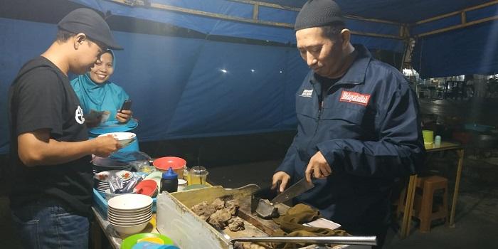 Coto Makassar dijual di banyak warung makan sampai jauh malam. (foto: ist/palontaraq)