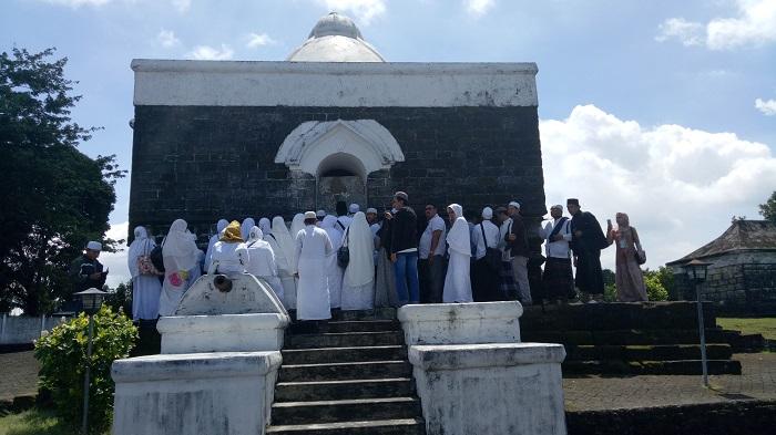 Para peziarah di Kompleks Makam Arung Palakka. (foto: mfaridwm/palontaraq)