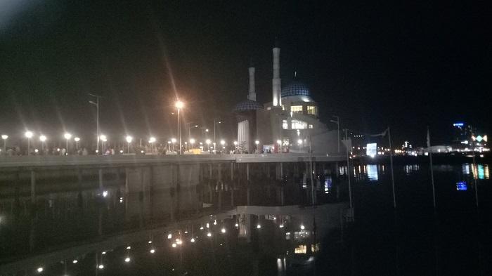 Masjid Amirul Mukminin di Anjungan Pantai Losari pada malam hari. (foto: mfaridwm/palontaraq)Suasana