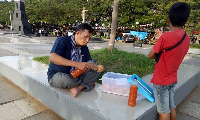 Mneikmati Jalangkote di Anjungan Pantai Losari, Kota Makassar. (foto: ist/palontaraq)
