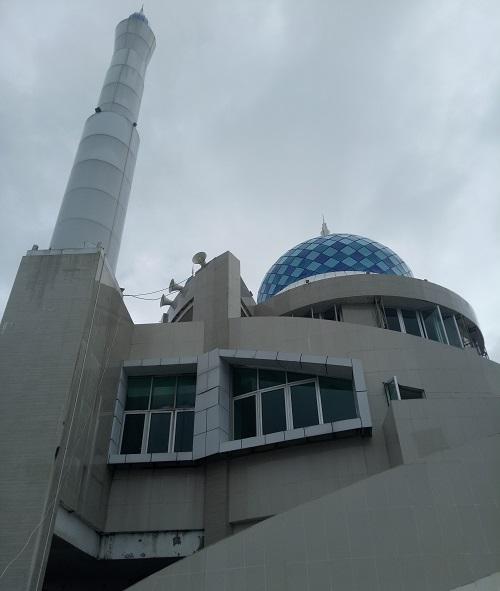 Masjid Amirul Mukminin, Anjungan Pantai Losari, Kota Makassar. (foto: mfaridwm/palontaraq)
