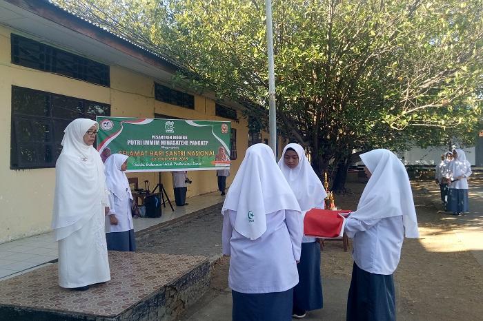 Ketua YASDIC IMMIM Pangkep, Dra Sri Hajati Fachrul Islam bertindak selaku inspektur upacara dalam Upacara Hari Santri Nasional 22 Oktober 2019 di lingkungan kampus Ponpes Modern Putri IMMIM Pangkep. (foto: mfaridwm/palontaraq)
