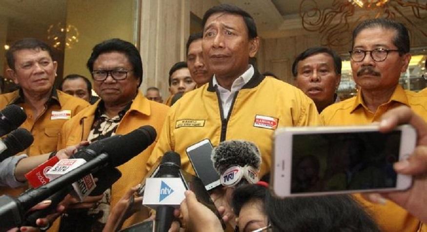 Wiranto ditengah fungsionaris DPP Partai Hanura. (foto: ist/palontaraq)