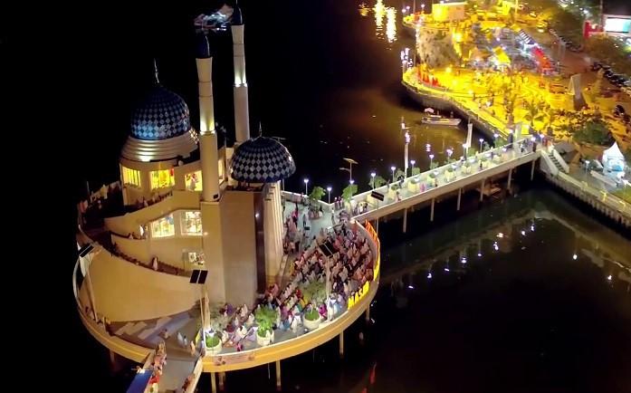 Masjid Amirul Mukminin pada malam hari. (foto: ist/palontaraq)