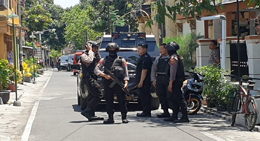 Penampakan Densus 88 Anti Teror saat menggeledah sebuah PAUD di Daerah Sleman. (foto: mediaindonesia)