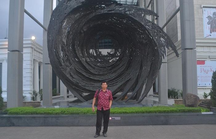 Penulis di depan Gedung Museum Nasional. (foto: ist/palontaraq)