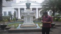 Penulis di depan Gedung Museum Nasional. Disebut juga Museum Gajah karena Patung Gajah di depannya. (foto: ist/palontaraq)