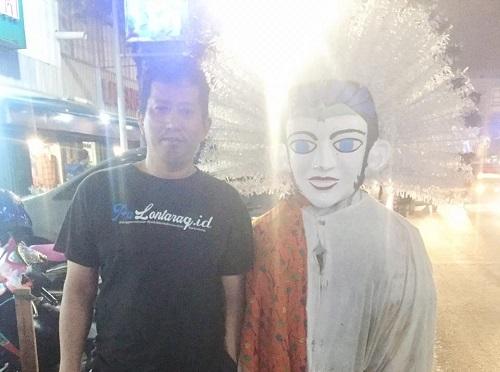 Penulis bersama Ondel-ondel di Jalan sendiri. (foto: ist/palontaraq)
