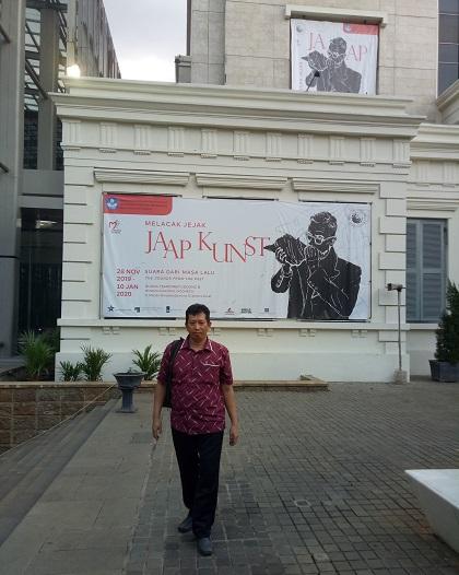 Penulis bagian tengah depan Gedung Museum Nasional RI. (foto: ist/palontaraq)