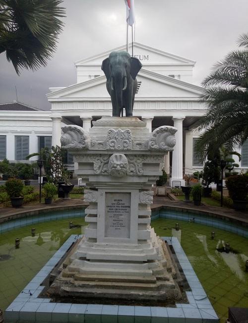 Patung gajah di depan Museum Nasional. (foto: mfaridwm/palontaraq)