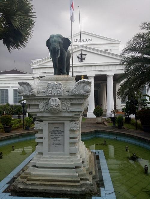Patung Gajah di depan Gedung Museum Nasional. (foto: mfaridwm/palontaraq)