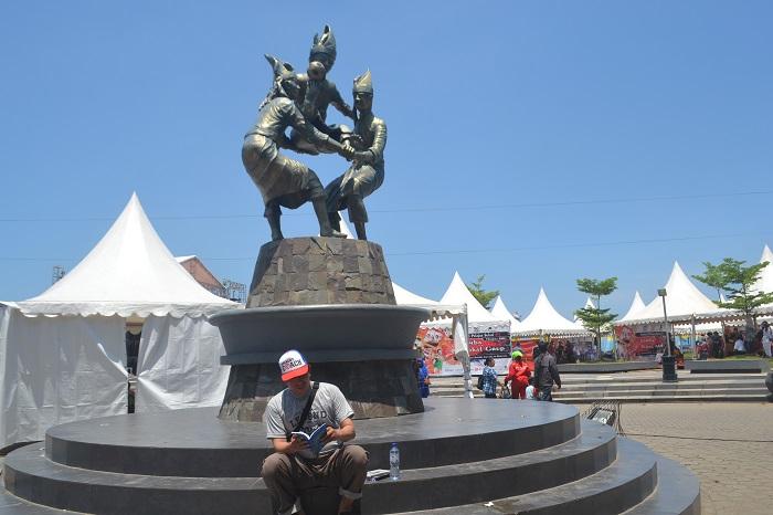 Patung Ma'raga di Anjungan Pantai Losari, Kota Makassar. (foto: mfaridwm/palontaraq)