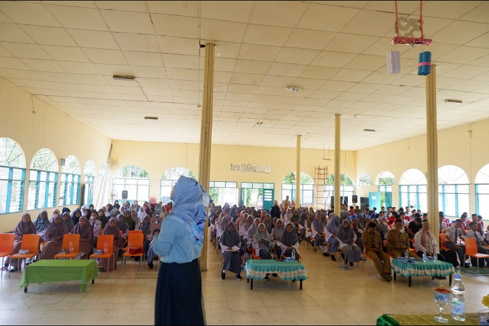 Presentasi Plt Direktur Eksekutif ICTWatch, Widuri. (foto: andiadil/palontaraq)