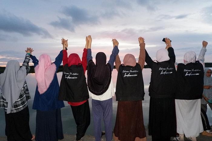 Para relawan pendidikan saat mendampingi belajar Anak-anak SDN 38 ButtuE. (foto: dok.RPI/palontaraq)