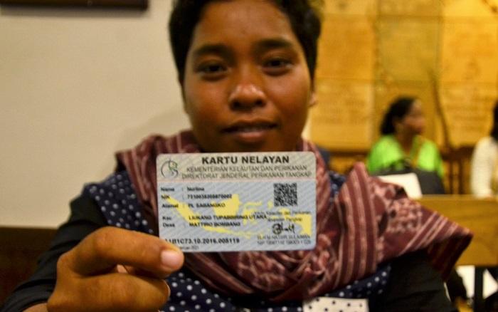 Nurlina menunjukkan Kartu Nelayan yang telah dimilikinya. (Foto: Wahyu Chandra)