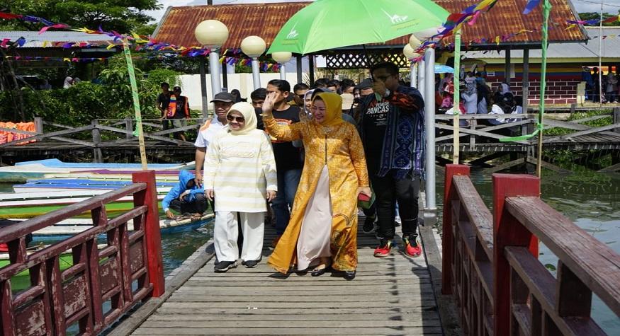 Ketua TP PKK Kabupaten Pangkep, Ny.Hj. Rismayani Syamsuddin membuka pasar apung (floating market) pertama di Sulsel, berada di rest area Sungai Limbangan, Kecamatan Ma'rang, Pangkep. (foto: ist/palontaraq)
