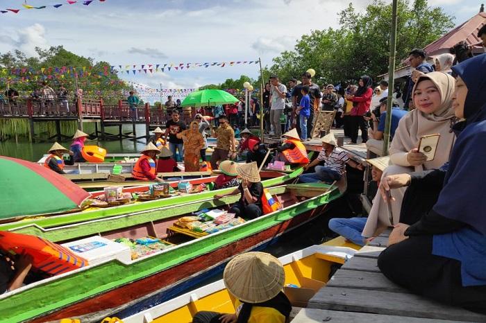 Suasana pembukaan pasar apung di rest area Sungai Limbangan, Ma'rang, Pangkep. (foto: ist/palontaraq)