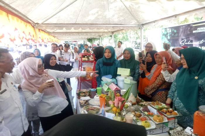 Bupati Luwu Utara, Indah Indriyani, mencoba sajian kuliner dalam Festival dan Pameran Bahan Pangan Lokal non Beras, Rangkaian Peringatan Internasional Woman's Days 2020 di Luwu Utara, Rabu. (11/3/2020)