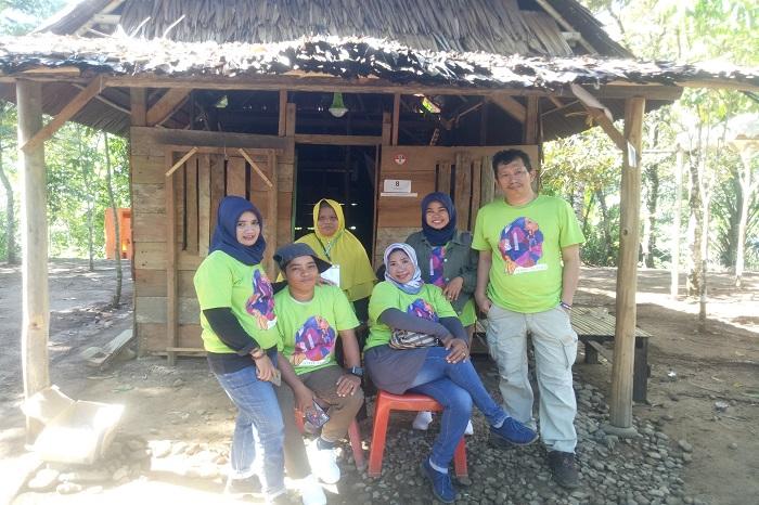 Penulis bersama Nurlina dan Perempuan pejuang pangan lainnya saat Camping Gathering di Desa Uraso, Luwu Utara. (foto: ist/palontaraq)
