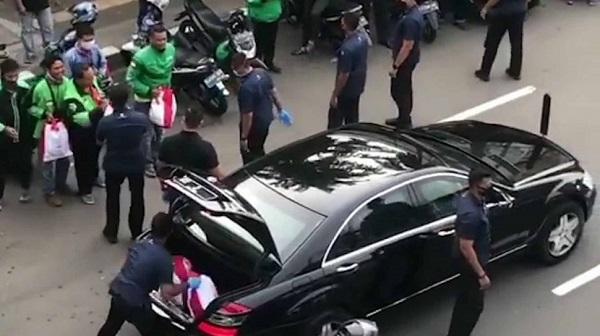 Jokowi, dibantu Paspampres bagi-bagi sembako. (foto: ist/palontaraq)