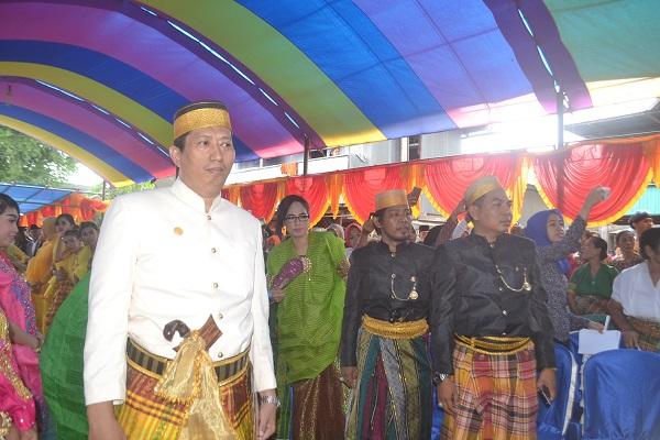 Penulis ditengah Persiapan Upacara Adat Menre Baruga di Desa Biringere. (foto: ist/palontara