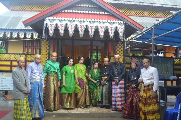 Penulis saat mendampingi Tetua Adat Desa Biringere dalam Upacara Adat Menre Baruga, yang sarat dengan musik dan tari tradisional.. (foto: ist/palontaraq)