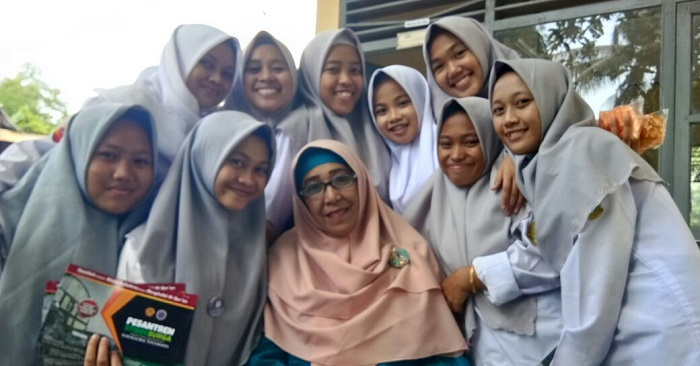 Para Guru dikelilingi murid/santrinya. (foto: ist/palontaraq)