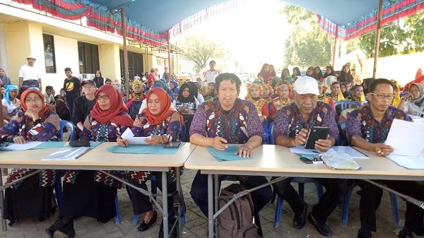 Penulis dan teman-teman seniman saat menjadi Juri FLS2N, Lomba musik dan tari tradisional tingkat Kabupaten Pangkep. (foto: ist/palontaraq)