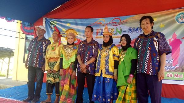 Bersama mereka, para pewaris tradisi, peserta Lomba Tari Tradisional. (foto: ist/palontaraq)