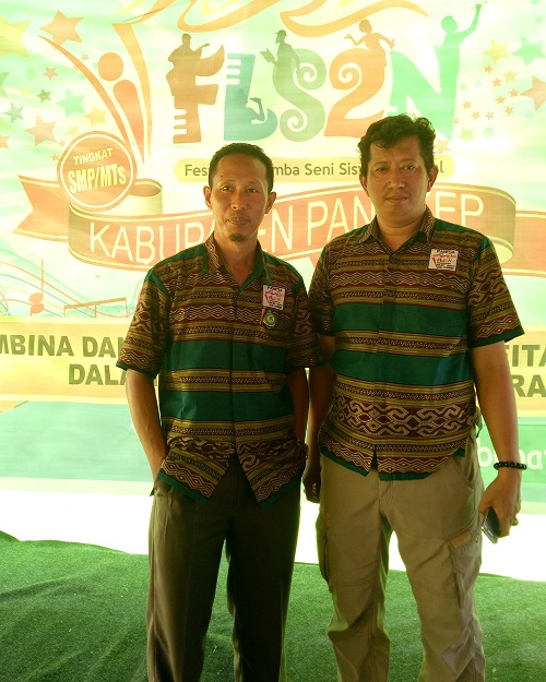 Bersama Andi Surya Dewan, seniman tari dan musik tradisional, sesama juri FLS2N Pangkep. (foto: ist/palontaraq)