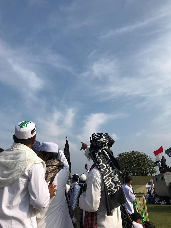 Aksi Massa 212 di Monas menunjuk lafadz Allah di langit. (foto: ist/palontaraq)