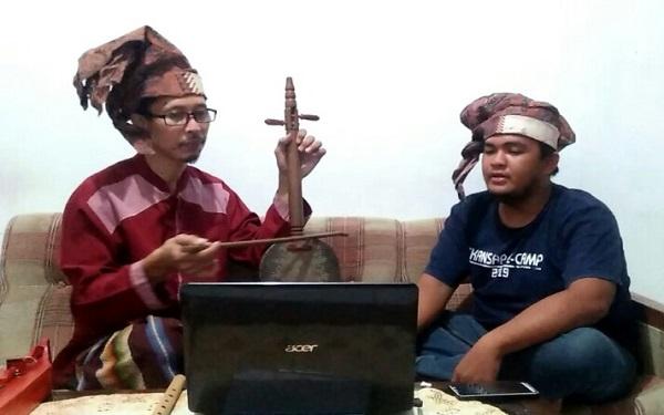 Seorang Pasinrilik, di era kekinian sudah menggunakan alat bantu laptop untuk mengingatkan ceritera dengan bahasa berirama yang dibawakannya. (foto: ist/palontaraq)