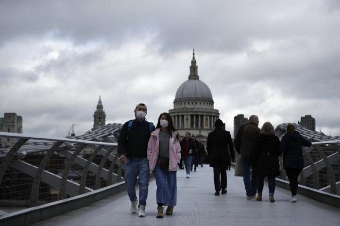 sejumlah-orang-berjalan-di-millenium-bridge-dengan-latar-katedral_200311083653-270