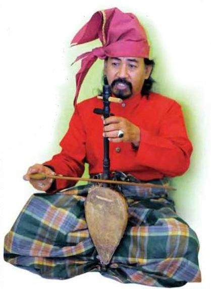 Seorang Pasinrilik, Syarifuddin Daeng Tutu memainkan alat musik tradisional Kesok-kesok. (foto: ist/palontaraq)