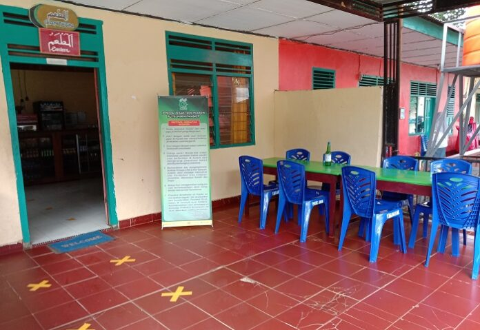 Terdapat Tanda Jaga Jarak dan Banner Aturan Protokol Kesehatan di Kantin Thalabah Ponpes Modern Putri IMMIM Pangkep. (foto: ist/palontaraq)